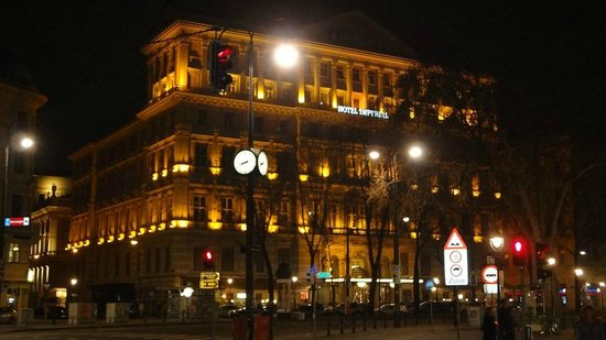 Hotel Imperial Vienna: Hotel in the night
