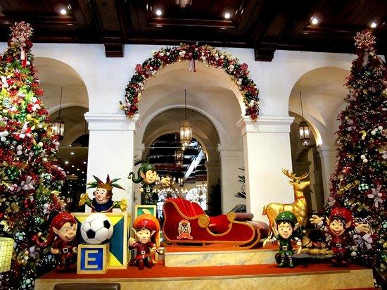 The Manila Hotel : Christmas Lobby Display