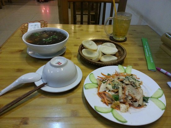 Huong Sen Vegetarian Restaurant: Seaweed soup and coconut salad