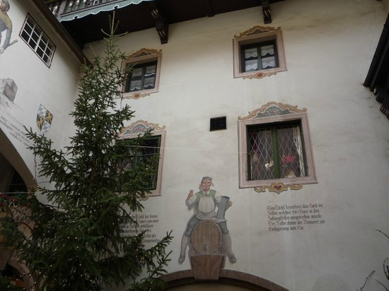 Kufstein Fortress : Albero di Natale tra le facciate caratteristiche di una casa di Kufstein