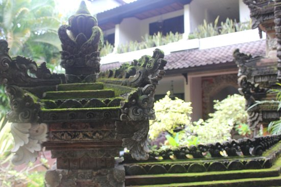 Ari Putri Hotel: Traditional carving en route to the rooms from reception.
