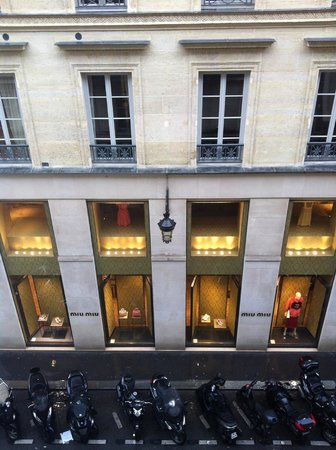 Hotel Royal Saint-Honore: Veiw from the rooms down the street