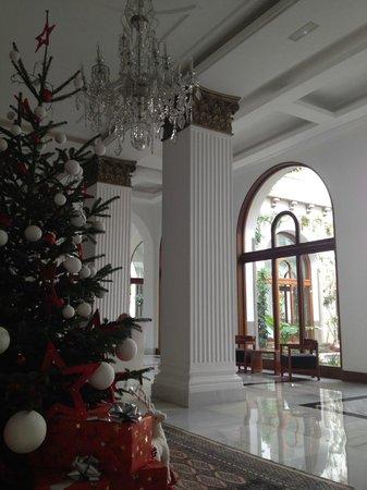 IBEROSTAR Grand Hotel Mencey: Julepyntet foyer med kig til atriumgård
