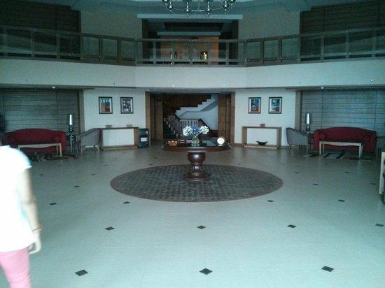 Sinclairs Retreat Ooty: Main Lobby area