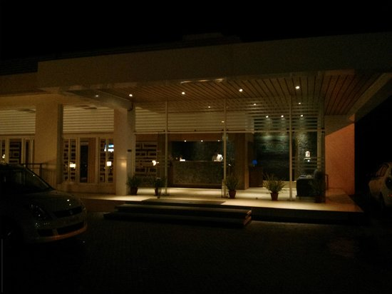 Sinclairs Retreat Ooty: Lobby at night..