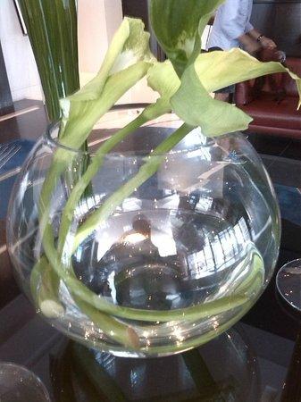 Sofitel Montréal Le Carré Doré : Floral arrangement in huge goblet - a nice artistic touch