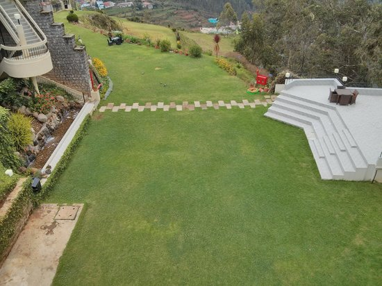 Sinclairs Retreat Ooty: Lawn and play area