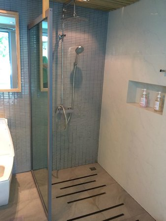 Paragon Inn: Shower