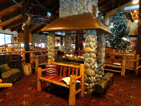 Pinegrove Family Dude Ranch : Warm and comfortable lodge lobby.  Many games are played around this fire (Bingo, trivia, etc).