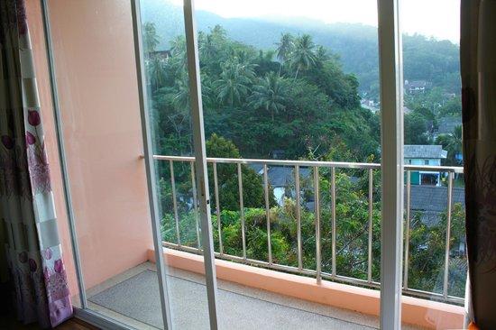 Lae Lay Suites: балкон