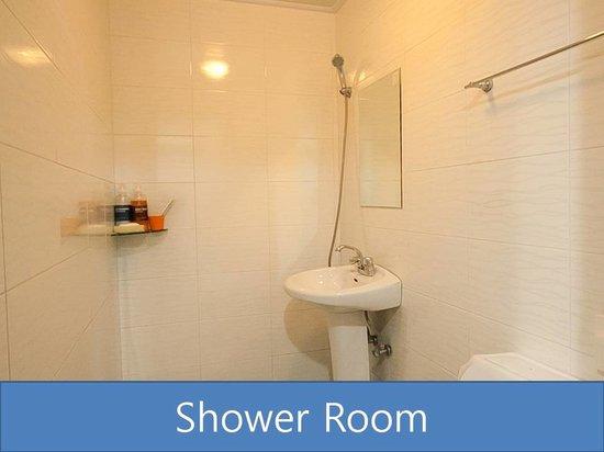 Busan Sukbak Dot Com Guesthouse: Shower Room