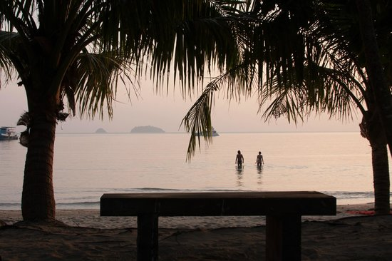 Koh Chang Paradise Resort & Spa : Beachfront View from Bungalow Porch