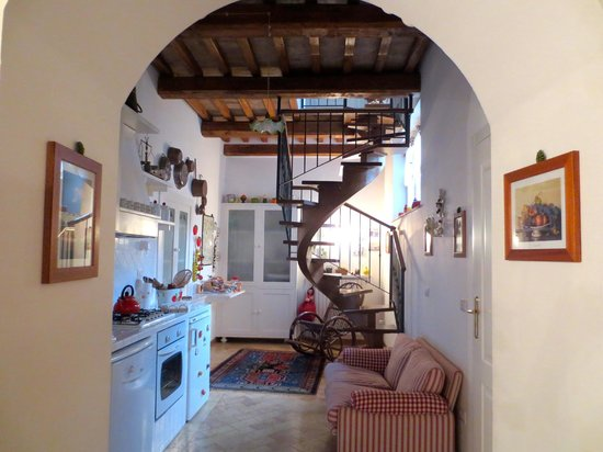 B&B Michelangeli: View to the back of the apartment (single bed bedroom and bathroom upstairs)