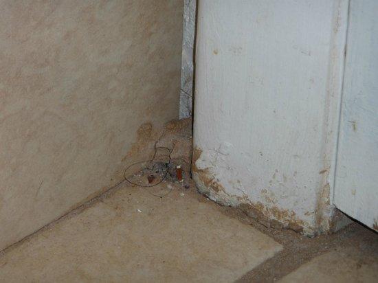 Oaktree Inn & Suites: Bathroom door jam