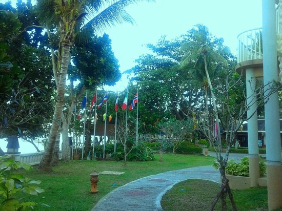 Golden Beach Resort: Hotel grounds Flags Nice touch