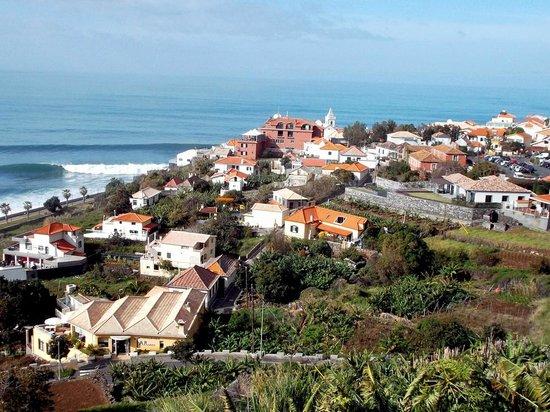 Hotel Jardim do Mar : Blick auf das Hotel (rotes Gebäude in der Mitte)