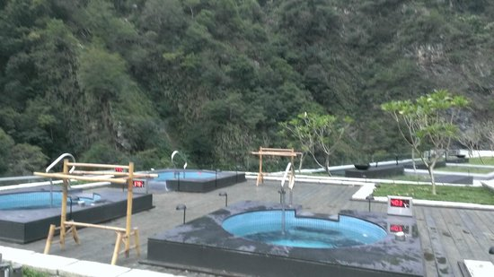 Silks Place Taroko: jacuzzi on roof top with temperature disply