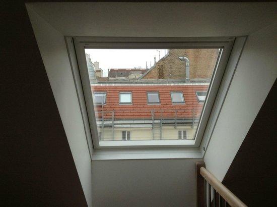 """wombats CITY HOSTEL Vienna """"THE NASCHMARKT"""" : Вид из окна на крыши"""