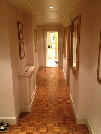 Ascott Mayfair : Hallway of suite