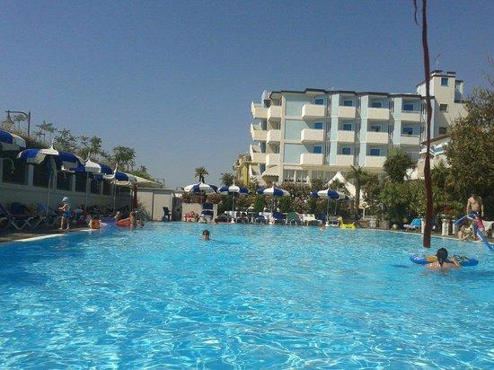 Hotel Imperial : la piscina e il corpo principale dell'hotel