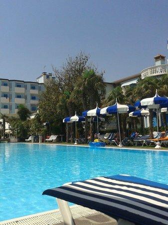 Hotel Imperial : piscina e vista parziale degli altri corpi dell'hotel