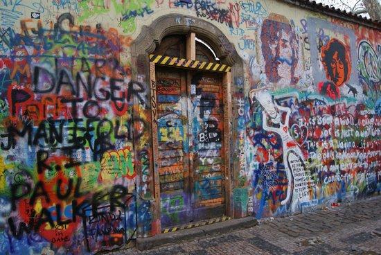 Red & Blue: Bedevaartplek John Lennon Praag, bijzonder.