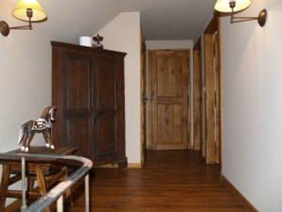 Chambres d'Hôtes Presabot : Hall de nuit, salle de douche avec lavabo,  wc séparé ( commun aux 2 chambres)