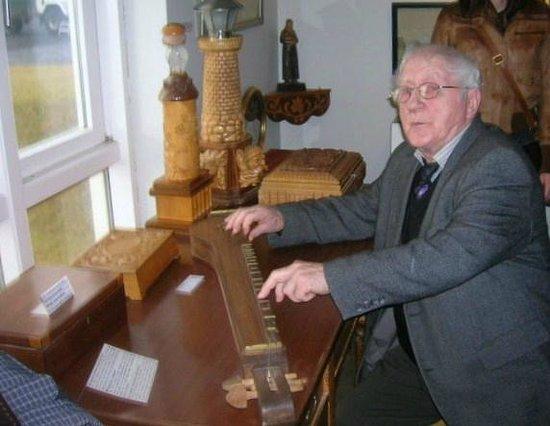 Skogasafn: Mr Tomasson playing Icelandic music