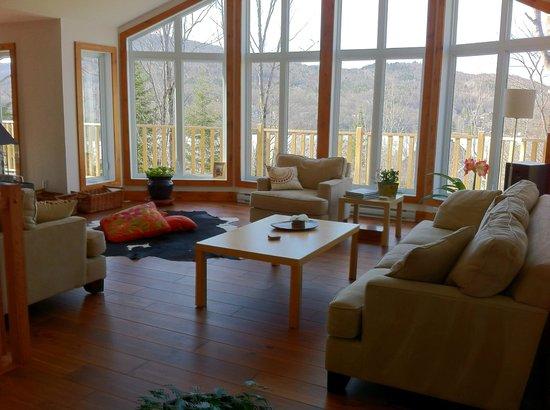 Bed and Breakfast du Lac Delage : Chaleureuse et romantique pièce commune pour relaxer ou socialiser