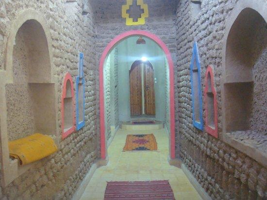 Auberge Familiale de Belkacem: une décoration en pisé et peinture de couleur