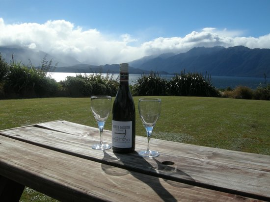 Loch Vista Lakeview Accommodation: a relaxing drink at the end of the day.....