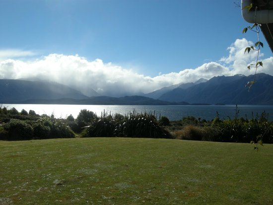 Loch Vista Lakeview Accommodation : view from the bedroom!!
