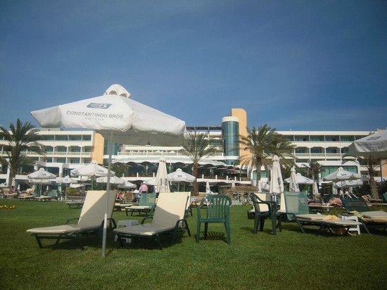 Constantinou Bros Athena Beach Hotel: giardino