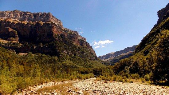 Parque Nacional de Ordesa: Le Rio longeant la base du canyon