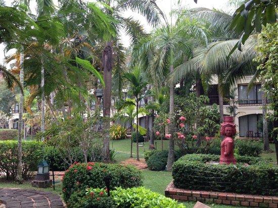 Sofitel Angkor Phokeethra Golf and Spa Resort: Parc de l'hotel