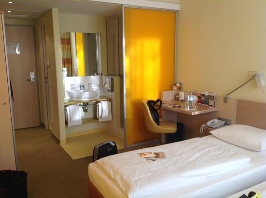 Acom Hotel Muenchen Haar: doccia dietro la parete mobile gialla