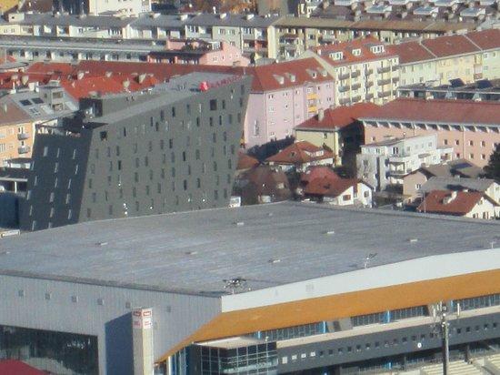 Ramada Innsbruck Tivoli : hotel ramada visto dal trampolino olimpionico di salto con gli sci
