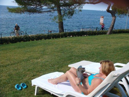 Hotel Laguna Parentium: Sunbathing in the garden