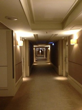 Hotel Royal-Nikko Taipei: corridor leading to the rooms