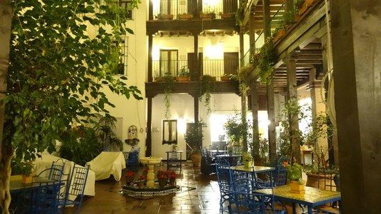 El Rey Moro Hotel Boutique Sevilla: The courtyard at night