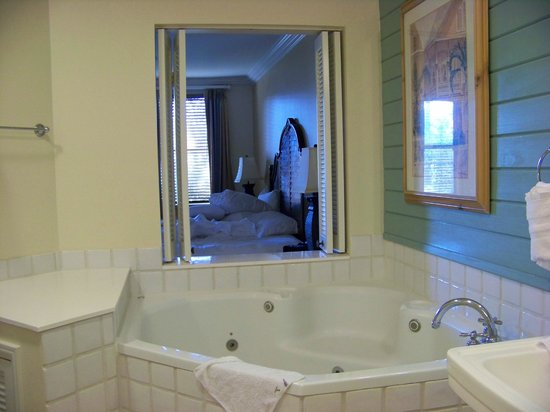 Disney's Old Key West Resort: Jacuzzi room looking into bedroom