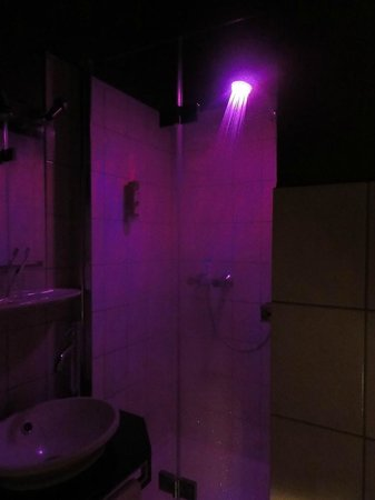Hotel Wagner im Dammtorpalais: Shower head with changing lights