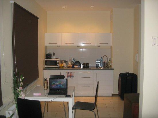 Venetian House Aparthotel: Наш номер, мини-кухня и обеденная зона