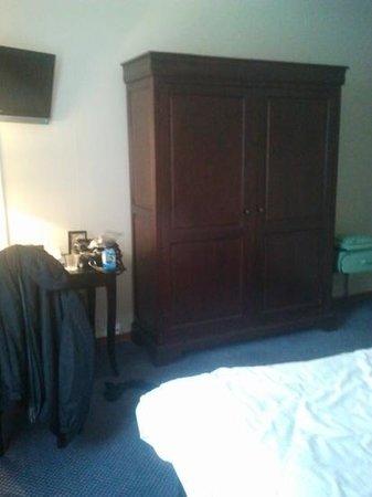 Hotel des Princes: Desk, TV and Wardrobe