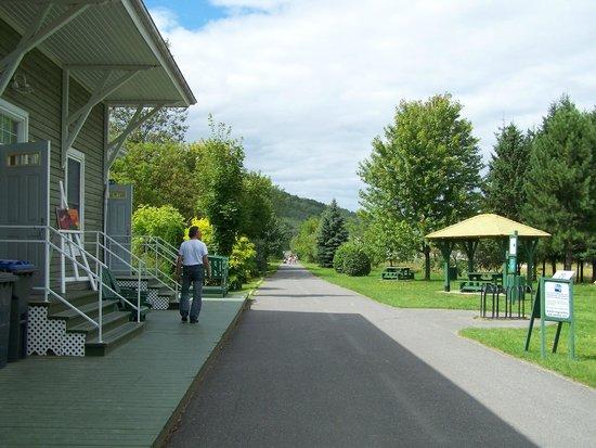 Parc Linéaire Interprovincial Petit Témis : Le Parc linéaire Petit Témis, bureau d'information, des abris, des aires de pique-nique, Dégelis