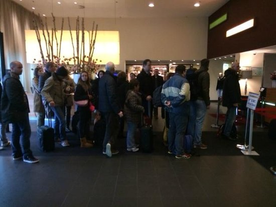 Movenpick Hotel Amsterdam City Center : busy reception area - with long separate queues for checking in and checking out