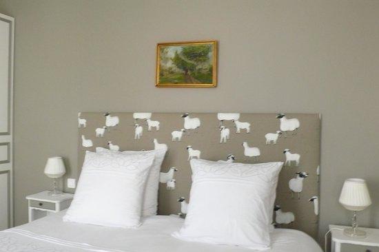 Le Clos des Colombes : Le lit de la chambre de luxe LA BERGERIE