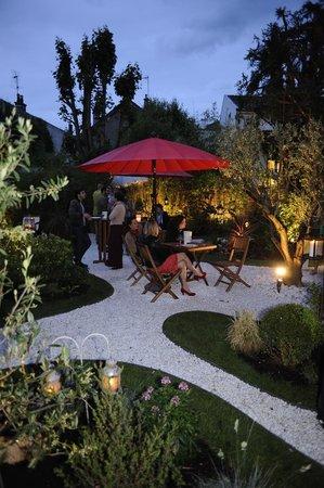 Le Clos des Colombes : Vue du jardin en soirée