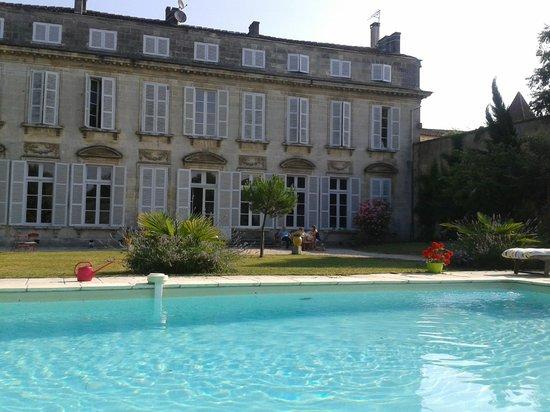 Logis Du Saulnier : Piscina y jardín