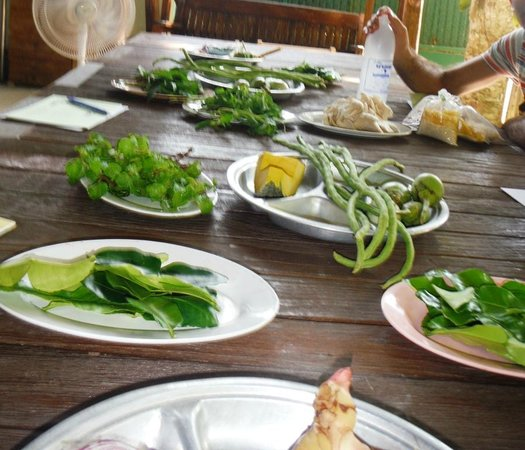 Krabi Thai Cookery School: Basic ingredients for todays food plus chicken and shrimp